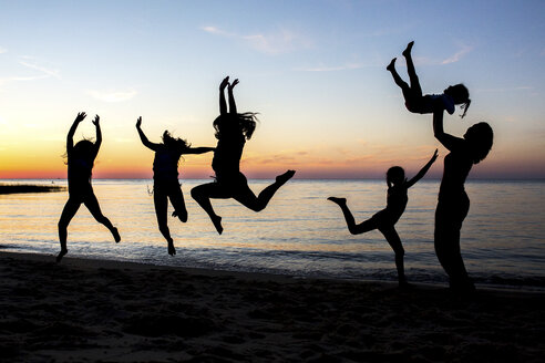 Silhouettes of people jumping - AURF05512