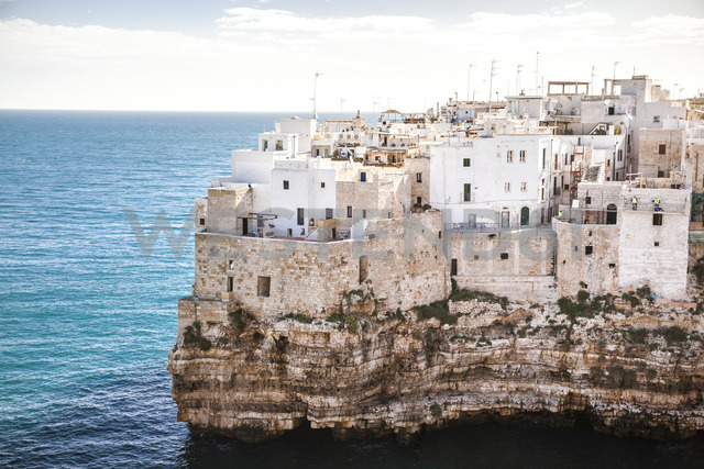 Italy, Puglia, Polognano a Mare, view at historic old town - FLMF00030
