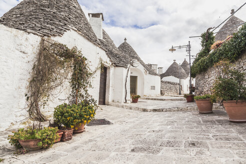 Italy, Apulia, Alberobello, view to alley with typically Trulli - FLMF00048