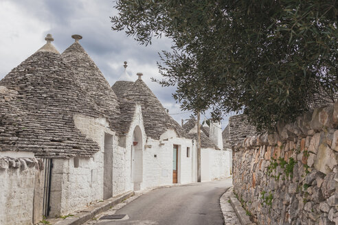 Italy, Apulia, Alberobello, view to alley with typically Trulli - FLMF00051