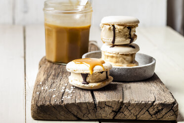 Macarons filled with salted caramel icecream - SBDF03767