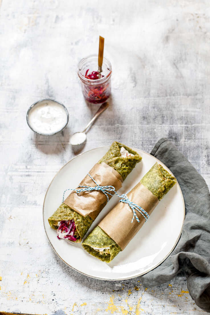 Bombay or Mumbai Frankie Roll, indian streetfood, spinach paratha, indian flatbread with spiced smashed potatoes, red cabbage and carrot relish, yogurt sauce - SBDF03773 - Susan Brooks-Dammann/Westend61