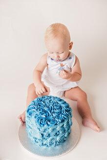 Baby boy testing blue birthday cake - NMS00261
