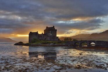 United Kingdom, Scotland, Loch Duich and Loch Alsh, Kyle of Lochalsh, Eilean Donan Castle in the evening - RUEF01998