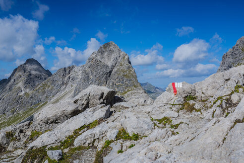 Germany, Bavaria, Allgaeu, Allgaeu Alps, Heilbronner Weg, trail marking, Rappenseekopf in the background - WGF01261