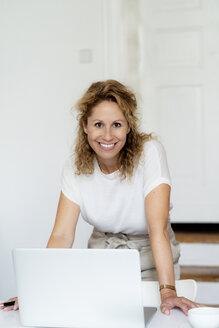 Portrait of successful businesswoman - HHLMF00506