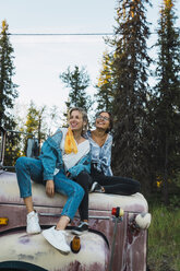 Two friends sitting on a broken truck - KKAF02207