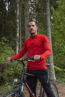 Athlete mountainbiking in the woods - KKAF02366