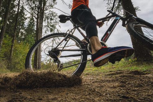 Athlete mountainbiking in the woods - KKAF02375