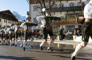Germany, Bavaria, Mittenwald, traditional carnival procession, 'Unsinniger Donnerstag', bell stirrers - LH00593