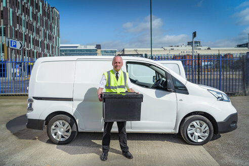 Senior delivery driver with all electric van - CUF43839