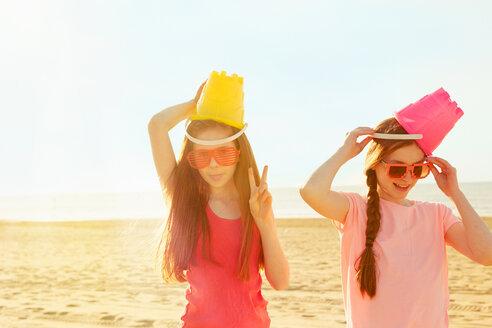 Best friends on seaside holiday - CUF44103