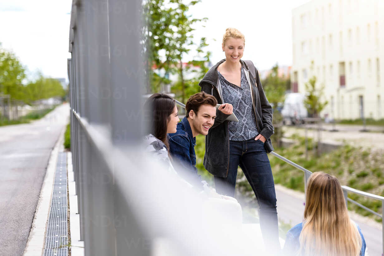 Four young adult students chatting on college campus - CUF44344 - suedhang/Westend61