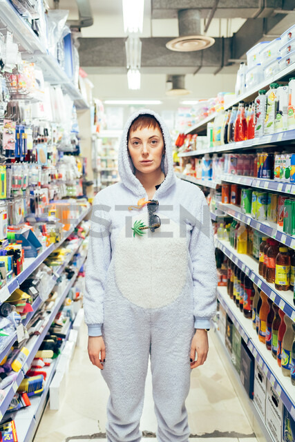 Portrait of woman wearing adult bodysuit in supermarket isle, looking at camera - CUF45136 - Eugenio Marongiu/Westend61