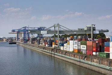 Germany, Baden-Wuerttemberg, Mannheim, Muehlauhafen, Container terminal - WI03648