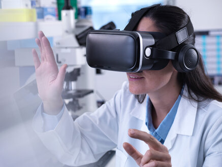 Scientist using virtual reality to understand a research experiment in the laboratory - CUF45543