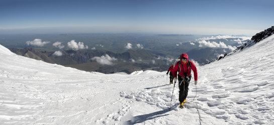 Russia, Upper Baksan Valley, Caucasus, Mountaineers ascending Mount Elbrus - ALRF01296