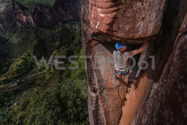 Rock climber climbing sandstone rock, elevated view, Liming, Yunnan Province, China - CUF46058 - Alex Eggermont/Westend61