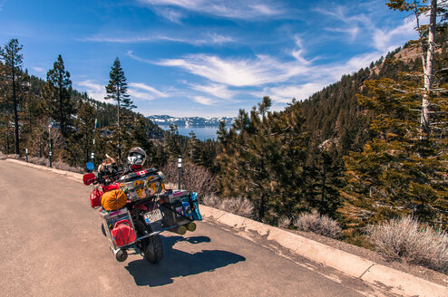 Touring bike by roadside, enroute between Reno and Lake Tahoe, Nevada, USA - CUF46109