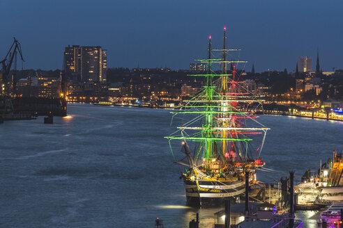 Germany, Hamburg, sail training vessel Amerigo Vespucchi, illuminated in Italian colors - KEBF00969
