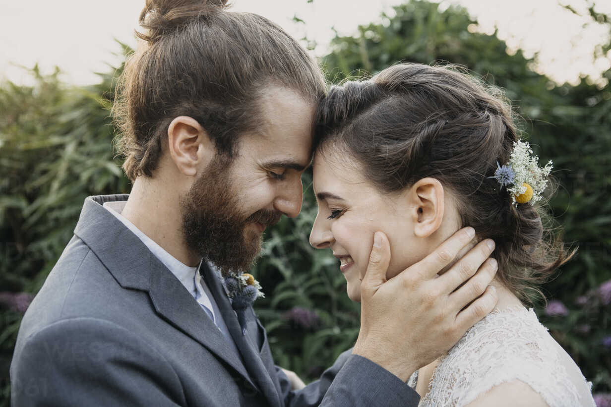 Happy affectionate bride and groom outdoors - ALBF00680 - Alberto Bogo/Westend61