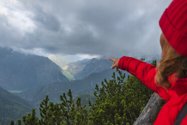 Austria, Salzburg State, Berchtesgaden Alps, View from Persailhorn, female hiker pointing finger to valley - HAMF00524