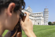 Italy, Pisa, young man taking a photo of the Leaning Tower - WPEF00919