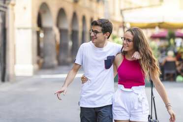 Young couple walking together in the city - WPEF00937
