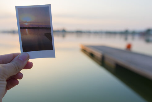 Floating platform on the lake at dawn with snapshot - SKCF00549