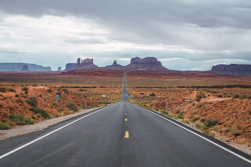 USA, Utah, Empty road to Monument Valley - KKAF02535
