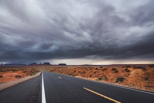 USA, Utah, Empty road to Monument Valley - KKAF02544