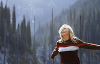 Happy blond woman, arms outstretched - AZF00110