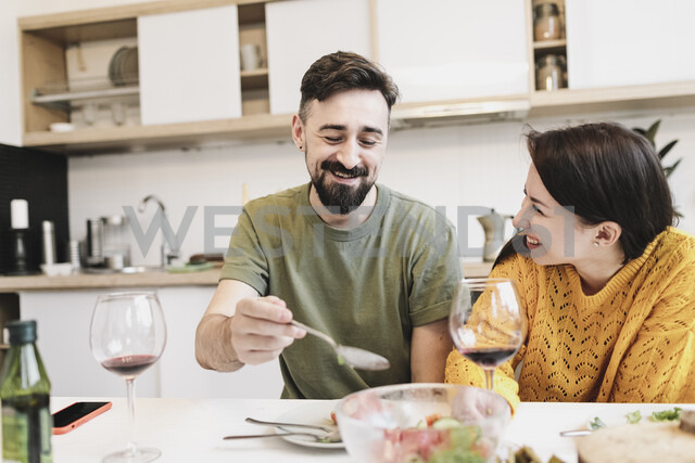 Happy couple in love having lunch together at home - KMKF00601 - Katharina Mikhrin/Westend61
