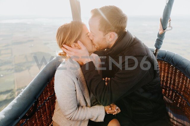 Newly engaged couple in hot air balloon - CUF46335 - Sara Monika/Westend61