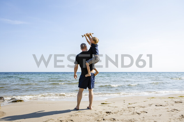 Father and son playing at the beach - OJF00288 - Julia Otto/Westend61