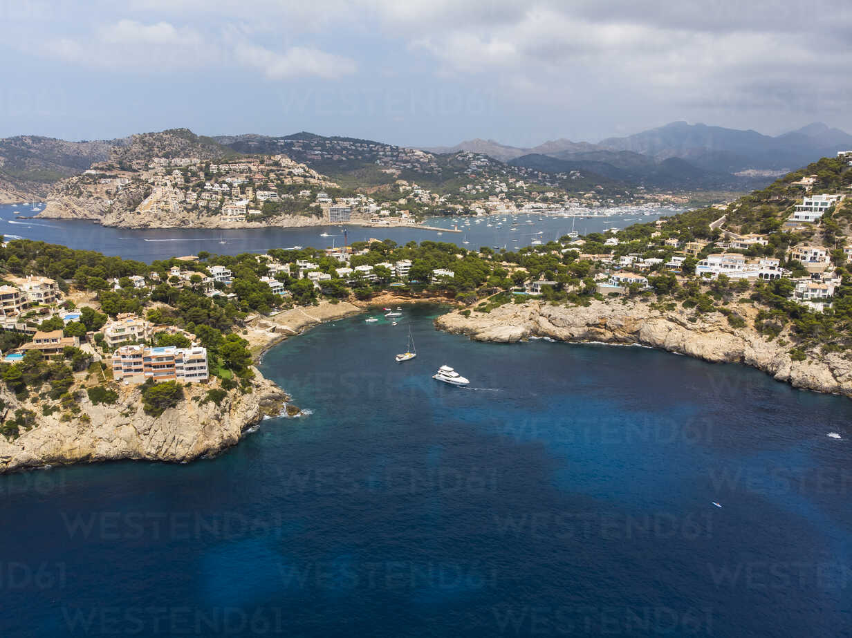 Spain, Mallorca, Aerial view of Cala LLamp and Cala Marmassen, villas - AMF06131 - Martin Moxter/Westend61