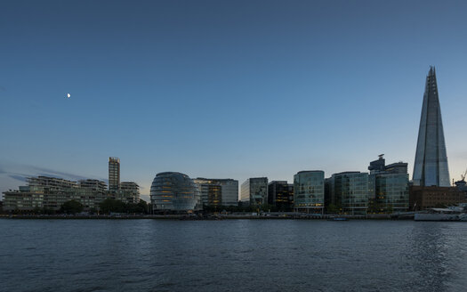 Great Britain, England, London, River Thames with City Hall and The Shard at blue hour - XCF00173
