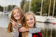 Portait of two happy girls - NMSF00281