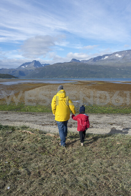 Norway, mother and daughter walking to the Lyngen fjord - PSIF00135 - Petra Silie/Westend61