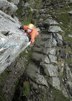 England, Langdale Valley, Gimmer Crag, female climber on rock - ALRF01361