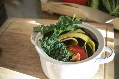 Kitchen scraps in a vintage bowl - REAF00346