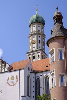 Germany, Bavaria, Augsburg, corner oriel in Kirchgasse and Basilica of SS. Ulrich and Afra - SIEF08120