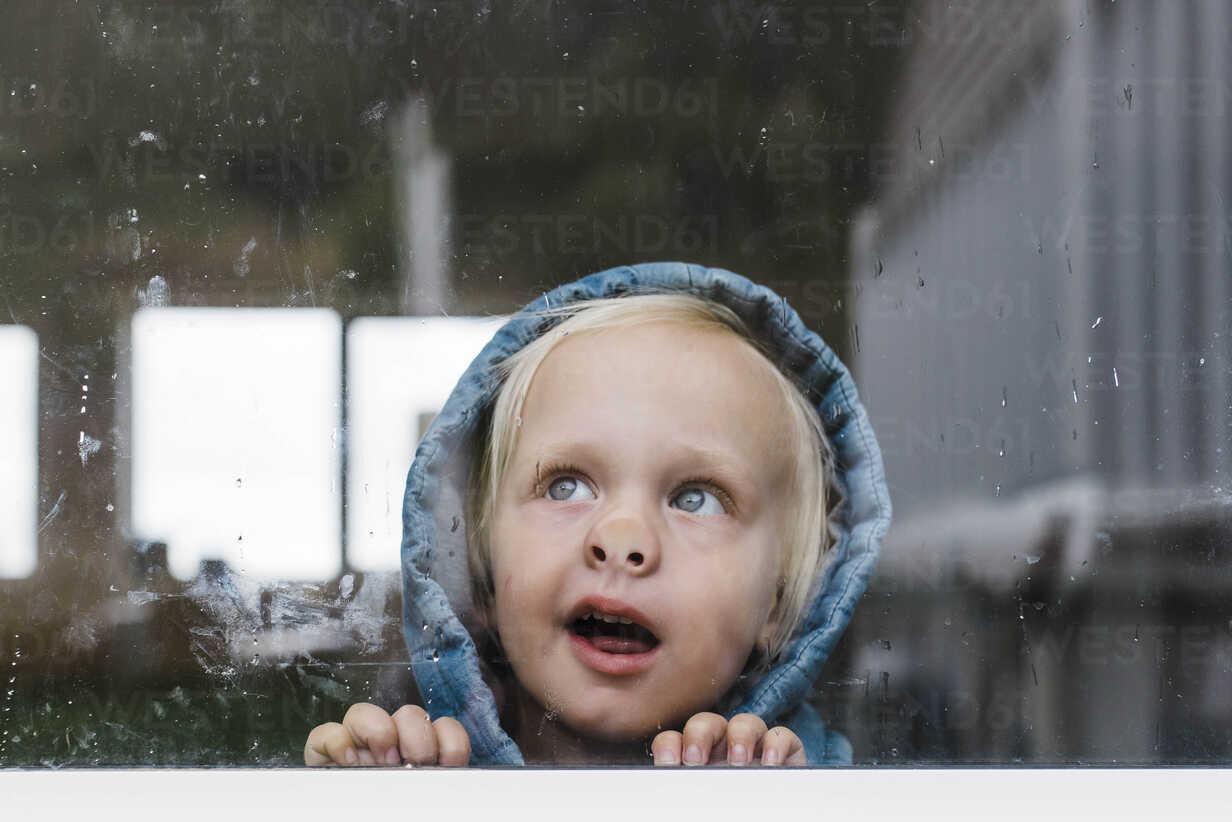 Close-up of girl looking through window seen through glass - CAVF52676 - Cavan Images/Westend61