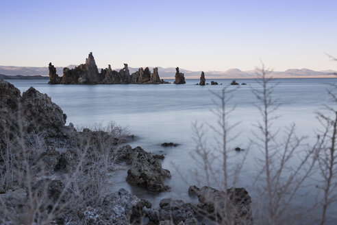 USA, California, Lee Vining, South Tufa Area, Mono Lake, rock formations in the evening - FCF01588