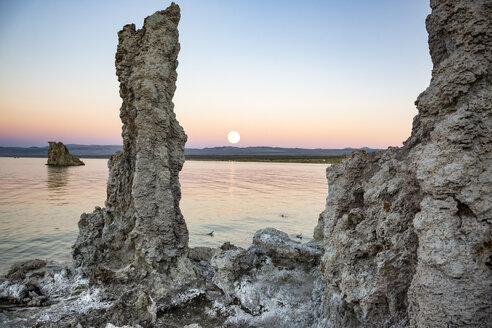 USA, California, Lee Vining, South Tufa Area, Mono Lake, rock formations, full moon in the evening - FCF01591