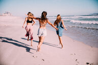 Group of girl friends running at the beach in summer - INGF06119