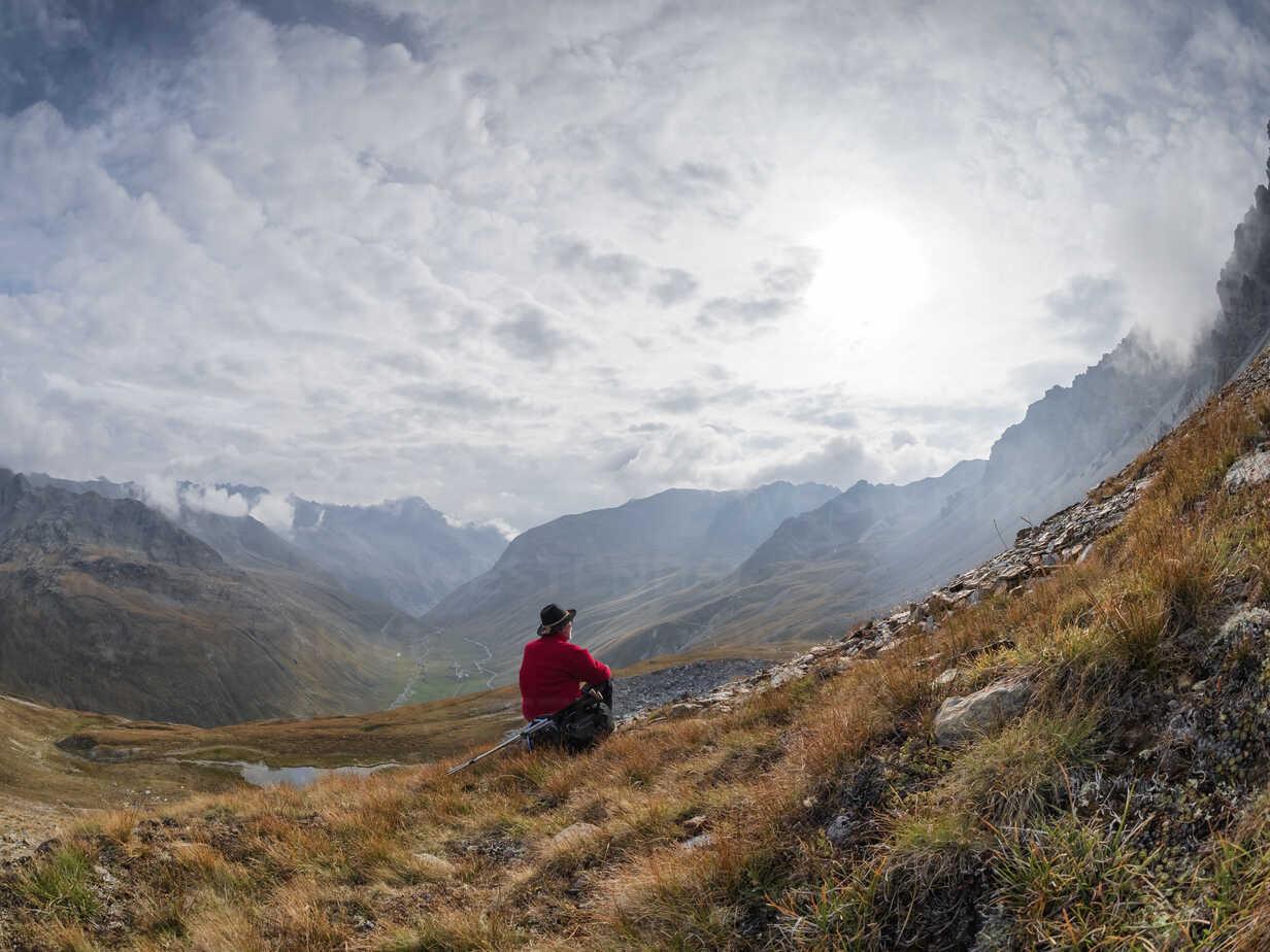 Border region Italy Switzerland, senior man having a break from hiking in mountain landscape at Piz Umbrail - LAF02156 - Albrecht Weißer/Westend61