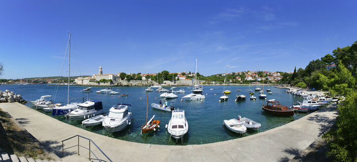 Croatia, Kvarner Gulf, Krk, Old town and Frankopan Castle, harbour and boats - WWF04431