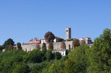 Croatia, Istria, Motovun, Old town, city wall and defence tower - WWF04470