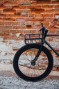 Cargo cage of acustomised commuter fixie bike at brick wall - VPIF01082